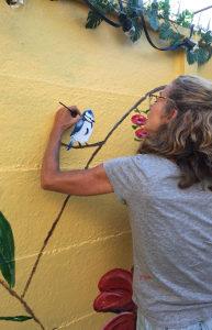 Margot Timmer maakt een muurschildering
